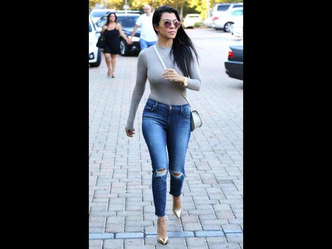 Jeans rotos y playera de manga larga gris