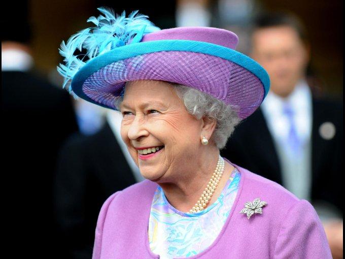 La reina Isabel II de Inglaterra fue instruida inicialmente por su padre, el rey Jorge VI, y por la institutriz Marion Crawford. Más tarde recibió lecciones privadas de Henry Marten, el vicerrector de la Universidad