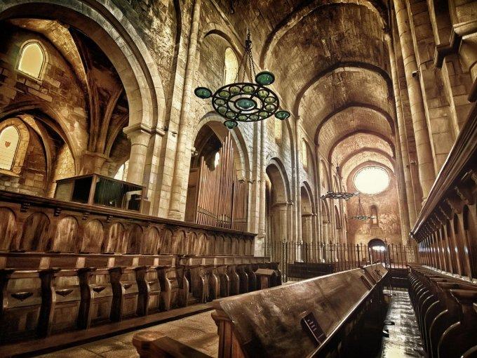 Monasterio de Santa María de Poblet / Fundado en 1150, es el mayor monasterio habitado de Europa que tiene espacios impresionantes que guardan la historia de su pueblo
