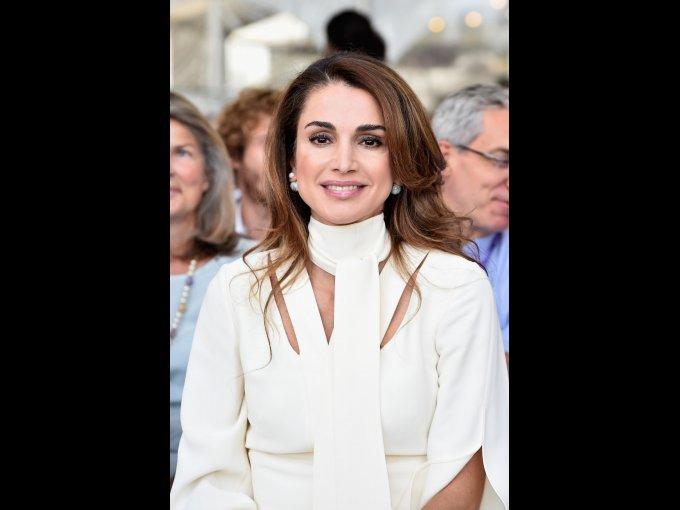 Rania de Jordania, completó sus estudios superiores en la Universidad Americana de El Cairo con la licenciatura en Administración de Empresas
