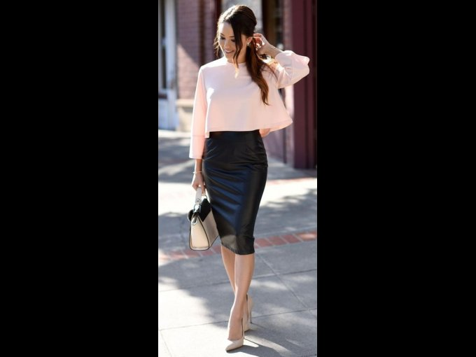 Combina una blusa sencilla con una falda mini de material llamativo como vinipiel