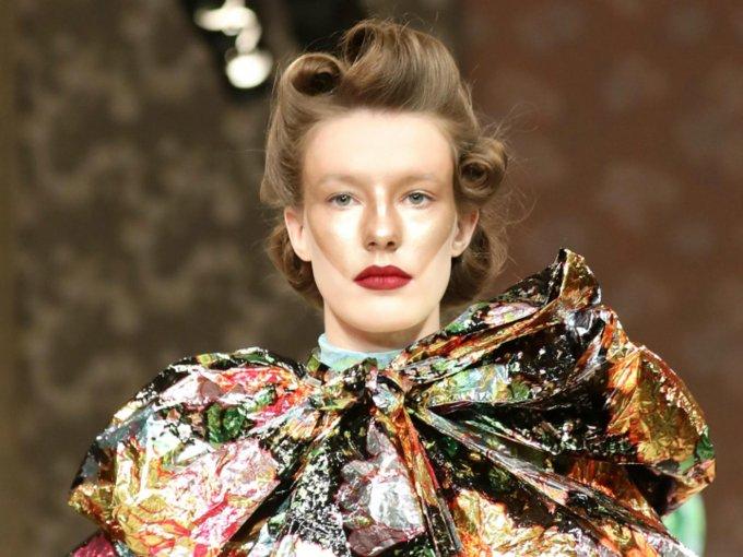 La reina Isabel ll entregó al diseñador el galardón de este año. Esto es lo mejor de su colección: