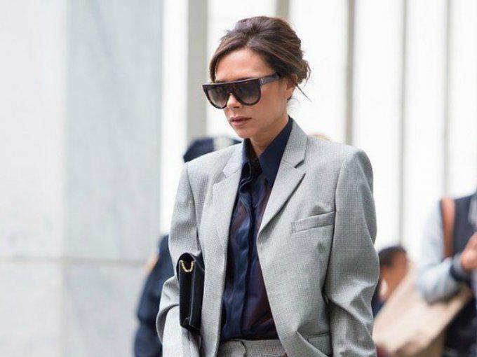 """Victoria Beckham es referente en la moda. Su estilo """"working girl"""" es particular, y nos encanta. Inspirarte con estas fotos y atrévete a usar traje más seguido:"""