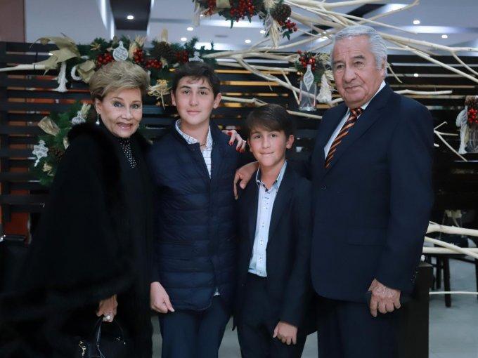 María del Carmen Portillo, Carlos y Rodrigo Castillo Portillo con Andrés Portillo