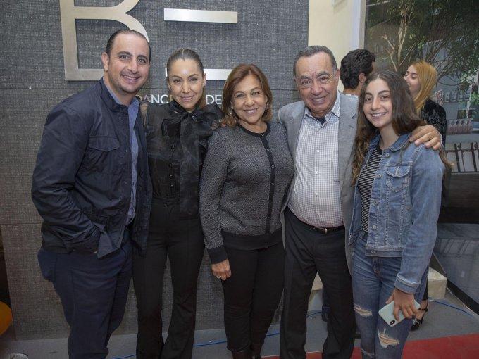 Isaac y Rebeca Sutton juanto a Raquel y Jacobo Alfille con Mery Sutto