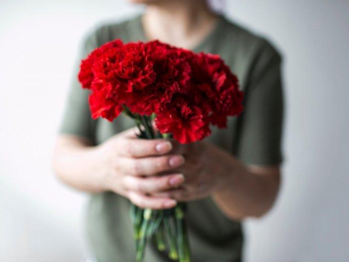Una de las principales características de estas flores son sus colores y aromas suaves. Los arreglos con claveles están prácticamente diseñados para arrancar una sonrisa, así que serán una buena alternativa para animar a cualquier ser querido o a una de tus amistades.