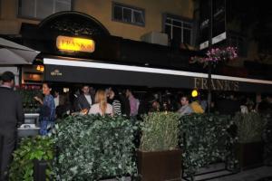 Lo que más destaca del lugar es su decoración que evoca a un pub inglés y su terraza, ideal para la sobremesa.
