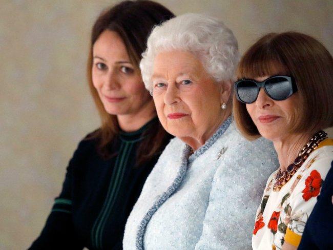 Reina Isabel hace aparición sorpresa en Semana de la Moda de Londres