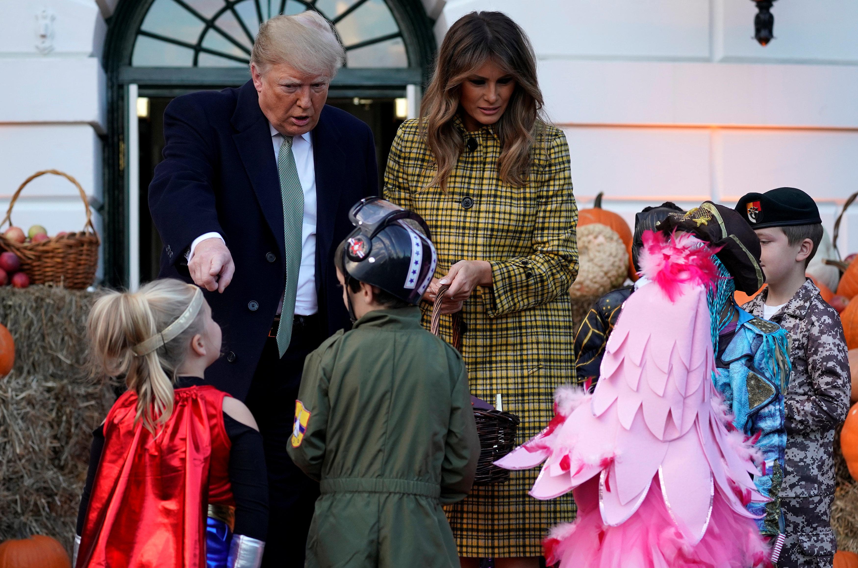 Resultado de imagen para Donald Trump salió de la Casa Blanca y repartió dulces a niños por Halloween