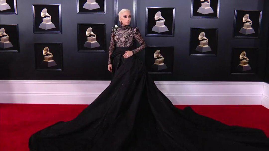Lady Gaga toca a piano su tema y sencillo