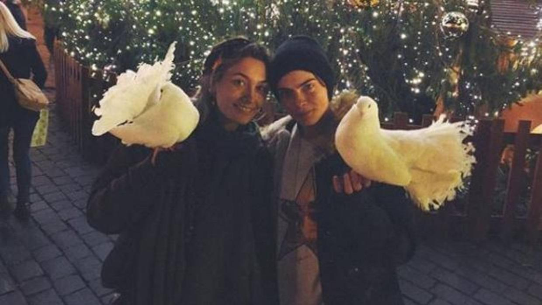 Cachan a Paris y Cara besándose afuera de un restaurante