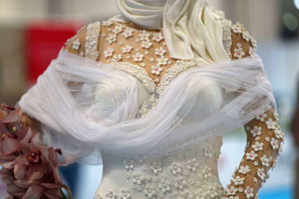 Diseñadora presenta pastel de bodas en forma de novia árabe