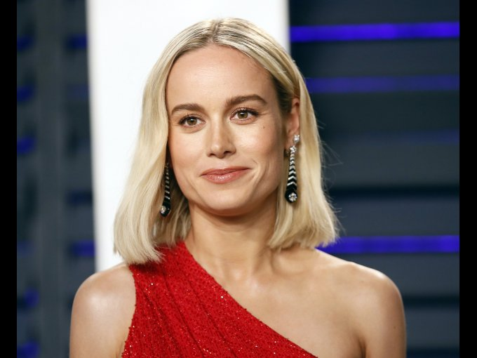Brie Larson lleva el pelo corto desde Capitana Marvel y le queda genial.