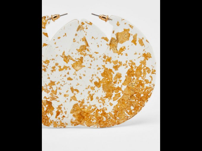 Unos detalles en dorado complementarán tus Jelly Hoops transparentes.