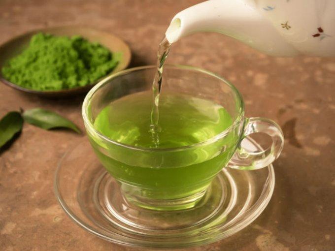 Beber una taza de té verde por las mañanas y elimina las toxinas del cuerpo, además evitarás el estreñimiento.