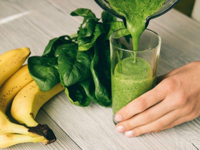 Un jugo de espinaca mezclado con tu fruta favorita es una excelente opción para acompañar tu desayuno.