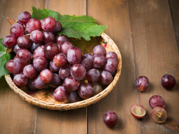 La uva es rica e antioxidantes, puede ser verde, morada o roja, la que tu prefieras consumir.
