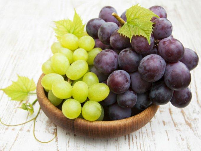 Consume de ocho a 10 uvas como snack y 5 nueces, esto ayudará a eliminar las toxinas de tu cuerpo.
