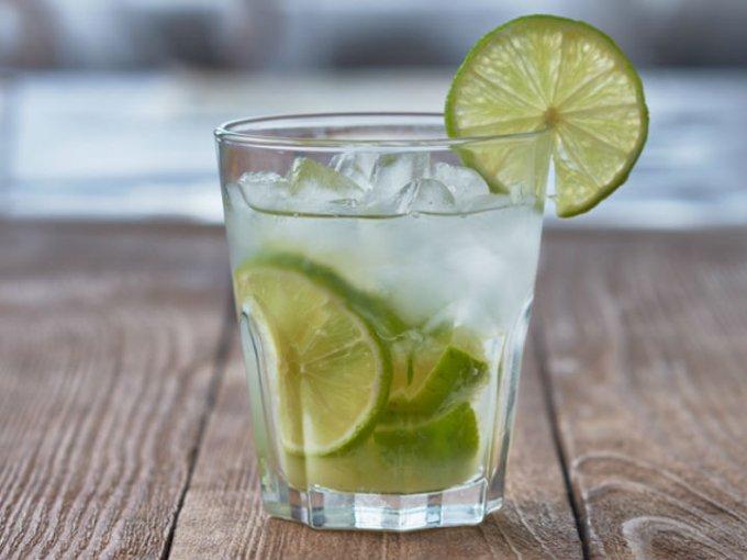 Beber un vaso de agua de limón en ayunas es una excelente opción.