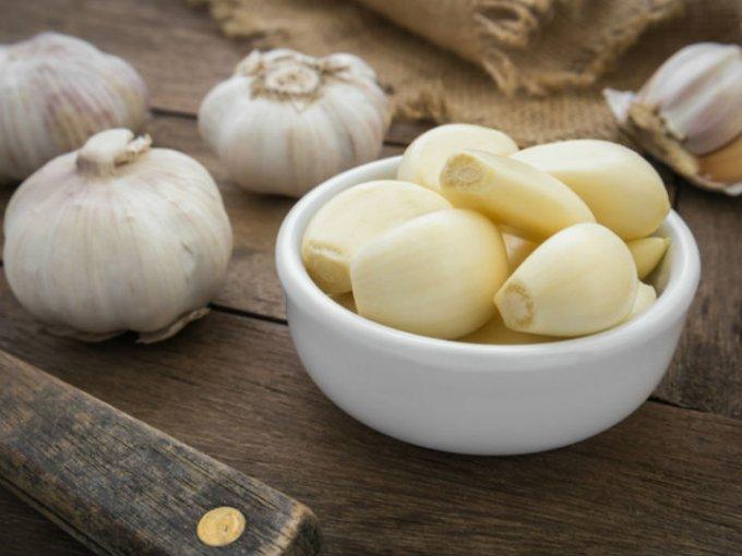 Se recomienda consumir un diente de ajo por las mañanas; puedes triturarlo y agregarlo a tu jugo.