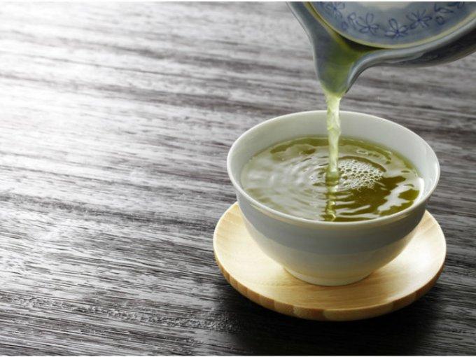 El té verde es rico en antioxidantes y contiene propiedades que mejora el tránsito intestinal.