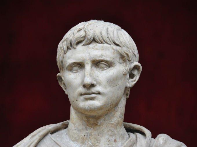 2.-César Augusto (63 a.C-14 d-C) Su reinado se extendió desde el año 27 a.C hasta su muerte, lo que le dio tiempo a controlar entre el 25 y el 30% de los ingresos mundiales. Además, su patrimonio ascendería a 4,600 millones de dólares actuales. Foto: Flickr govert1970 [CC BY-NC 2.0]