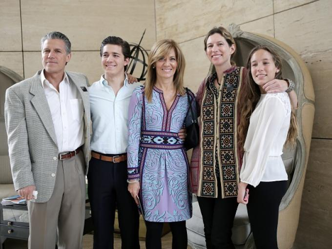 Conocedores del mundo. Bruno y Bruno Ramos con Lourdes Berho, Julla Chaplin y Eliana Ramos
