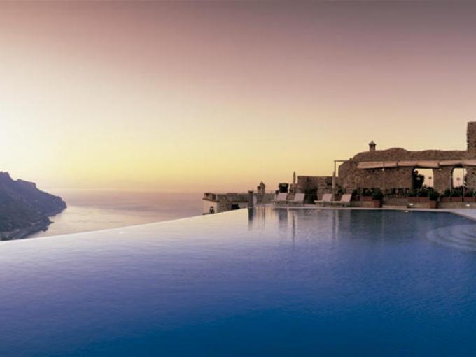 1-Hotel Caruso  Ravello, Italia. Considerada la más bella del mundo y ubicada a 365 metros por encima del golfo de Sorrento. Esta piscina ha sido utilizada por personajes como Humphrey Bogart, Jackie Kennedy y  Virgina Woolf, quienes no se resistieron a tan deliciosa experiencia.