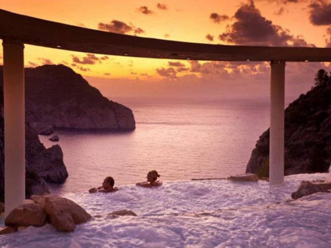7-Hotel Hacienda Na Xamena en  España. Un desarrollo que ofrece albercas exteriores con cascadas que terminan en el mar