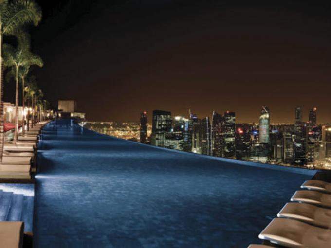 3-Marina Bay Sands en Singapur.  Además de la maravillosa piscina podrás encontrar desde spa hasta  museos de arte y ciencia.
