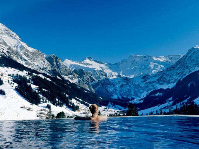 6-Hotel The Cambrian Adelboden en  Suiza. Esta alberca que cuenta con hidromasaje, se ubica en el corazón de los Alpes Suizos