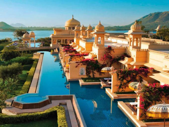 2- The Oberoi Udaivilias en  Rajasthan, India. Con una vista directa al Lago Pichola, esta fantástica piscina rodea todo el hotel.