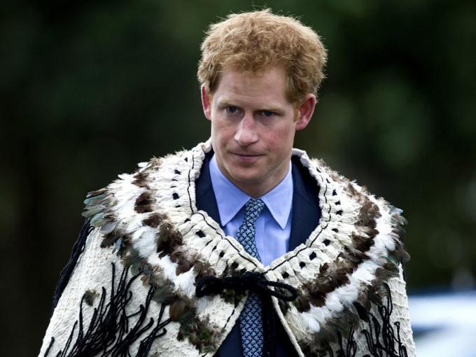 Harry utilizó una capa de plumas sobre su traje, como es tradición
