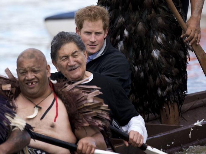 El tradicional recorrido en canoa duró 40 minutos y el príncipe disfrutó el paseo
