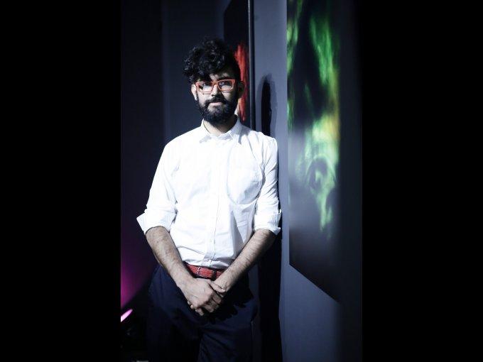 Pablo Sierra sorprende a sus invitados en la apertura de su exhibición de fotografías con efectos de proyección