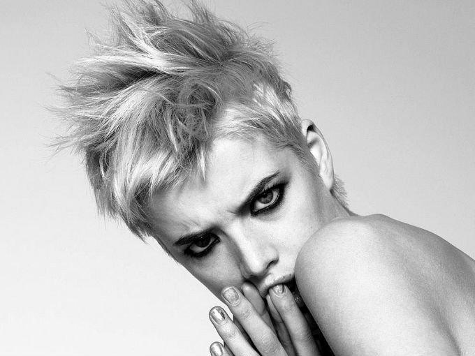La modelo Kris Gottschalk se convirtió en la estrella de la semana de la moda masculina de Nueva York. Con su look andrógino y espectacular corte de cabello (súper noventero), la chica sigue los pasos de famosas como Bimba Bosé y Stella Tennant.