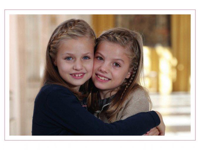 Por su parte, el Rey Felipe y Letizia decidieron que la felicitación de este año fuera protagonizada por sus hijas: la princesa Leonor y la infanta Sofía.