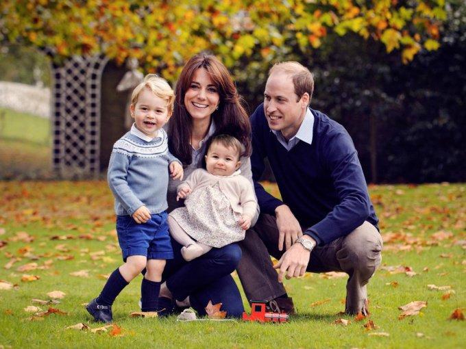 Los Duques de Cambridge felicitan a todos con una tierna fotografía familiar, donde el príncipe George y la princesa Charlotte son los protagónicos