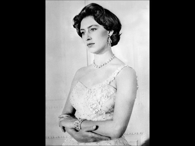 La Princesa Margaret, hermana menor de la Reina, fue obligada a dejar a Peter Townsend (algunos dicen el amor de su vida), porque era divorciado y 16 años mayor que ella.