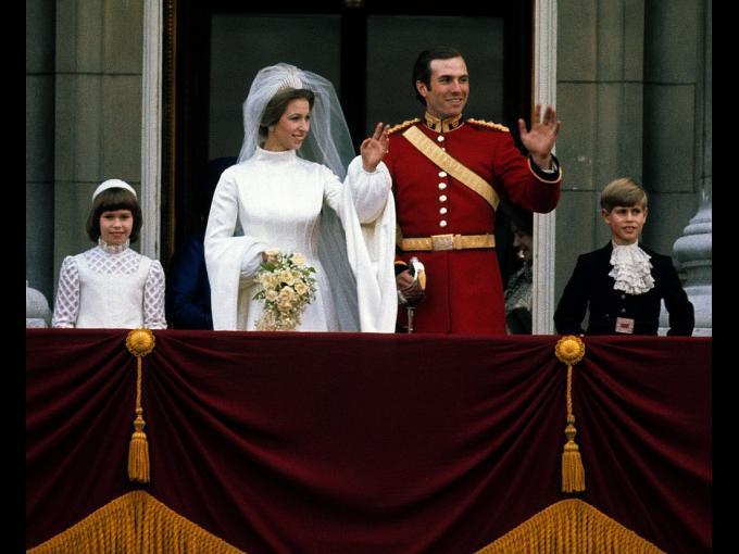 El esposo de la Princesa Ana (única hija de la reina), tuvo un hijo fuera del matrimonio en 1985. La pareja se separó en 1992; después la Princesa se convirtió en la primer royal divorciada que se volvió a casar desde Enrique VIII, al contraer matrimonio con el Capitán Timothy Laurence.