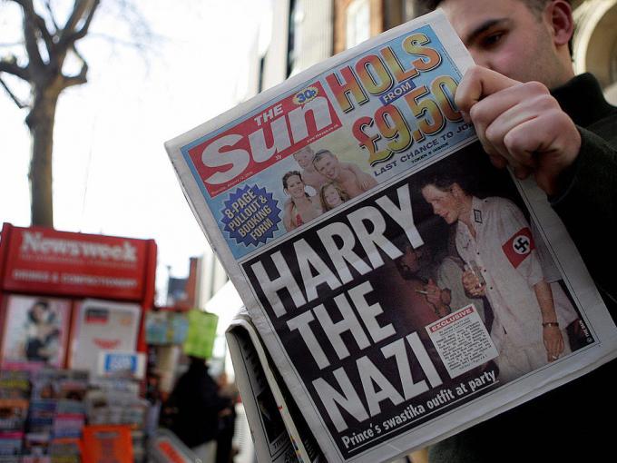 El Príncipe Harry se disfrazó de un soldado Nazi, para una fiesta de disfraces en 2002.