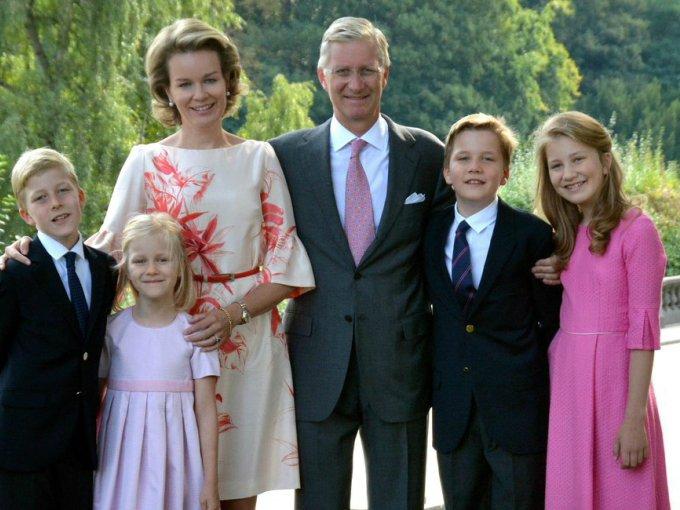 Los reyes de Bélgica decidieron utilizar esta fotografía familiar, tomada durante el cumpleaños de la princesa Elisabeth, para desear felices fiestas.
