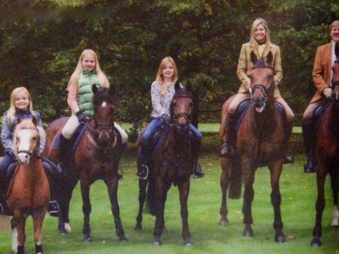 Entre caballos y ponis los Reyes de Holanda desean Feliz Navidad.