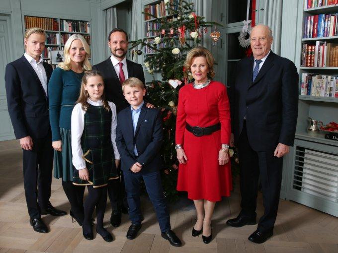 Los reyes de Noruega entre luces y arbolito de navidad envían sus buenos deseos