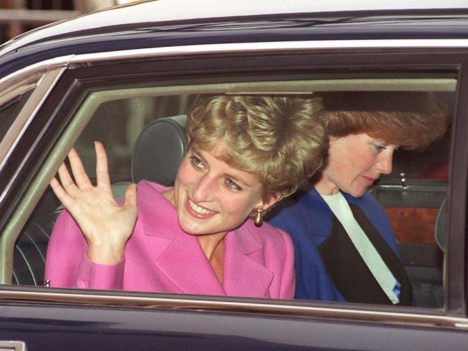 Antes de casarse con Lady Di, el Príncipe Carlos salió con su hermana mayor.