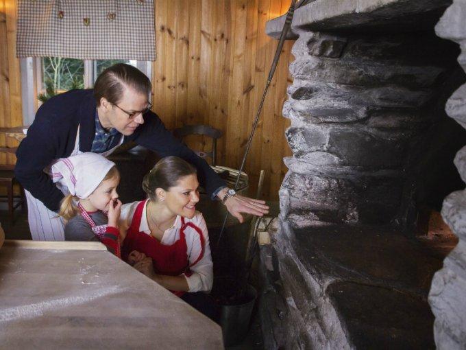 Victoria de Suecia con su marido y su hija, decidieron utilizar esta fotografía donde se les ve horneando pan y galletas.
