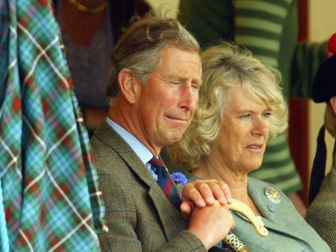 A pesar de que todos sabían de la relación extramarital del Príncipe Carlos con Camilla Parker Bowles, nadie había escuchado sus conversaciones privadas hasta 1992, año en que el Príncipe bromeó con querer ser un tampón para meterse en los pantalones de Camilla.