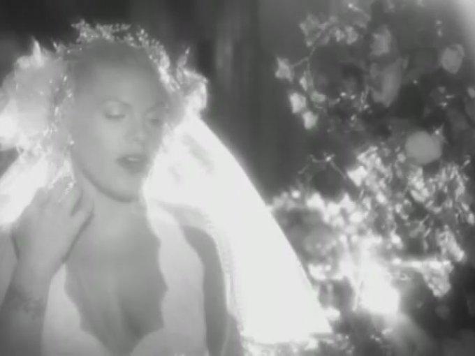 """9. """"I Do not Believe You"""" de Pink   Un video en blanco y negro que transmite la tristeza de una relación perdida a través de los recuerdos de una romántica boda."""