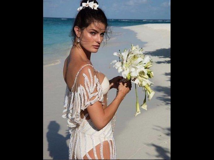 La novia llevó un ramo de orquídeas decorado con perlas.