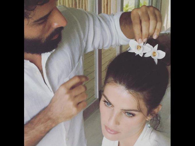 La modelo llevó pequeñas orquídeas en el cabello